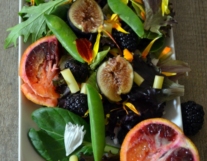 Arugala flowers, snap peas, blood orange, fresh figs, blackberries, white string beans www.sercocinera.wordpress.com