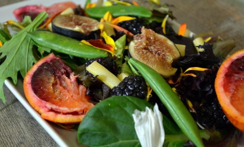 Arugala flowers, snap peas, blood orange, fresh figs, blackberries, white string beans www.sercocinera.wordpress.com