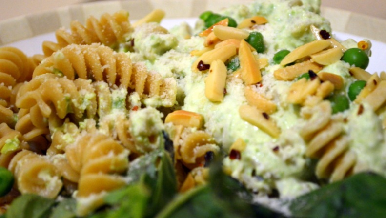 Whole Wheat Fusilli with Basil, Yogurt, Toasted Almonds & Chili Peppers www.sercocinera.wordpress.com